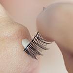 Wimpernband mit Kleber versehen